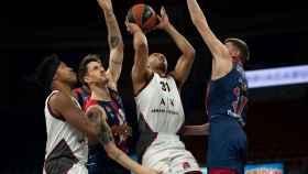Los jugadores del Baskonia defendiendo una acción