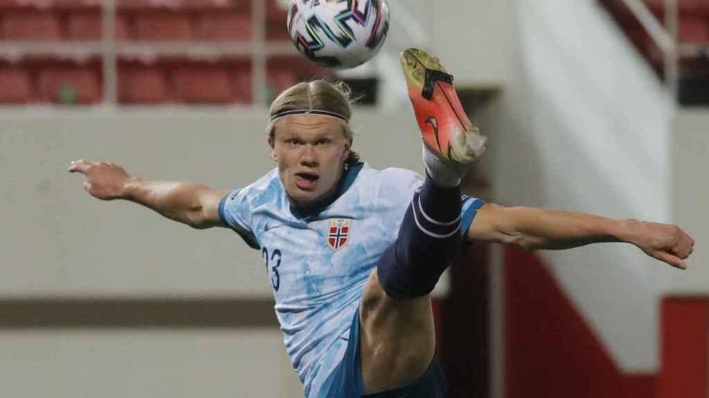 Haaland peleando un balón con Noruega