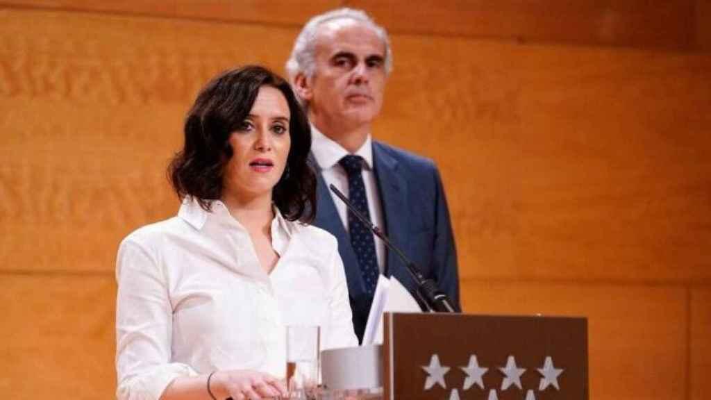 Isabel Díaz Ayuso junto al consejero de Sanidad, Enrique Ruiz Escudero.