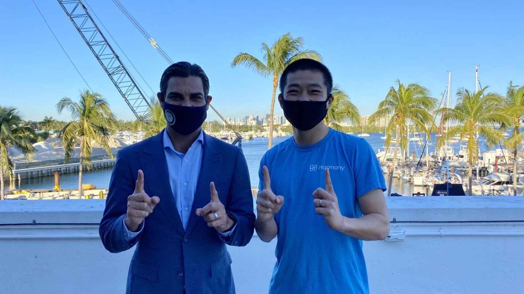 El alcalde de Miami, Francis Suárez, y Stephen Tse, fundador de Harmony.