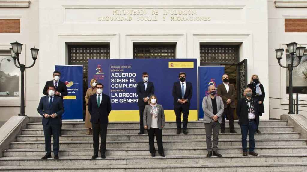 El ministro de Inclusión, Seguridad Social y Migraciones, José Luis Escrivá,  y su equipo con los presidentes de CEOE, Antonio Garamendi, y Cepyme, Gerardo Cuerva; y los secretarios generales de CCOO, Unai Sordo, y UGT, Pepe Álvarez.