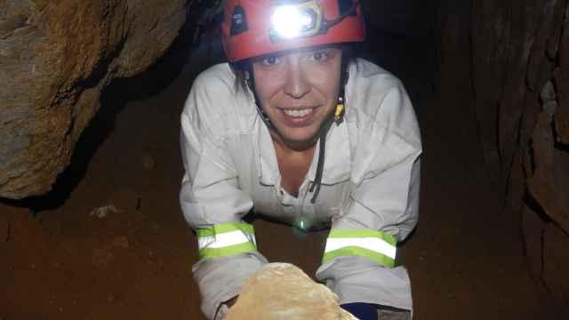 Mercedes Conde, en la Cueva de RisingStar (Sudáfrica) donde aparecieron los fósiles deHomo Naledi.