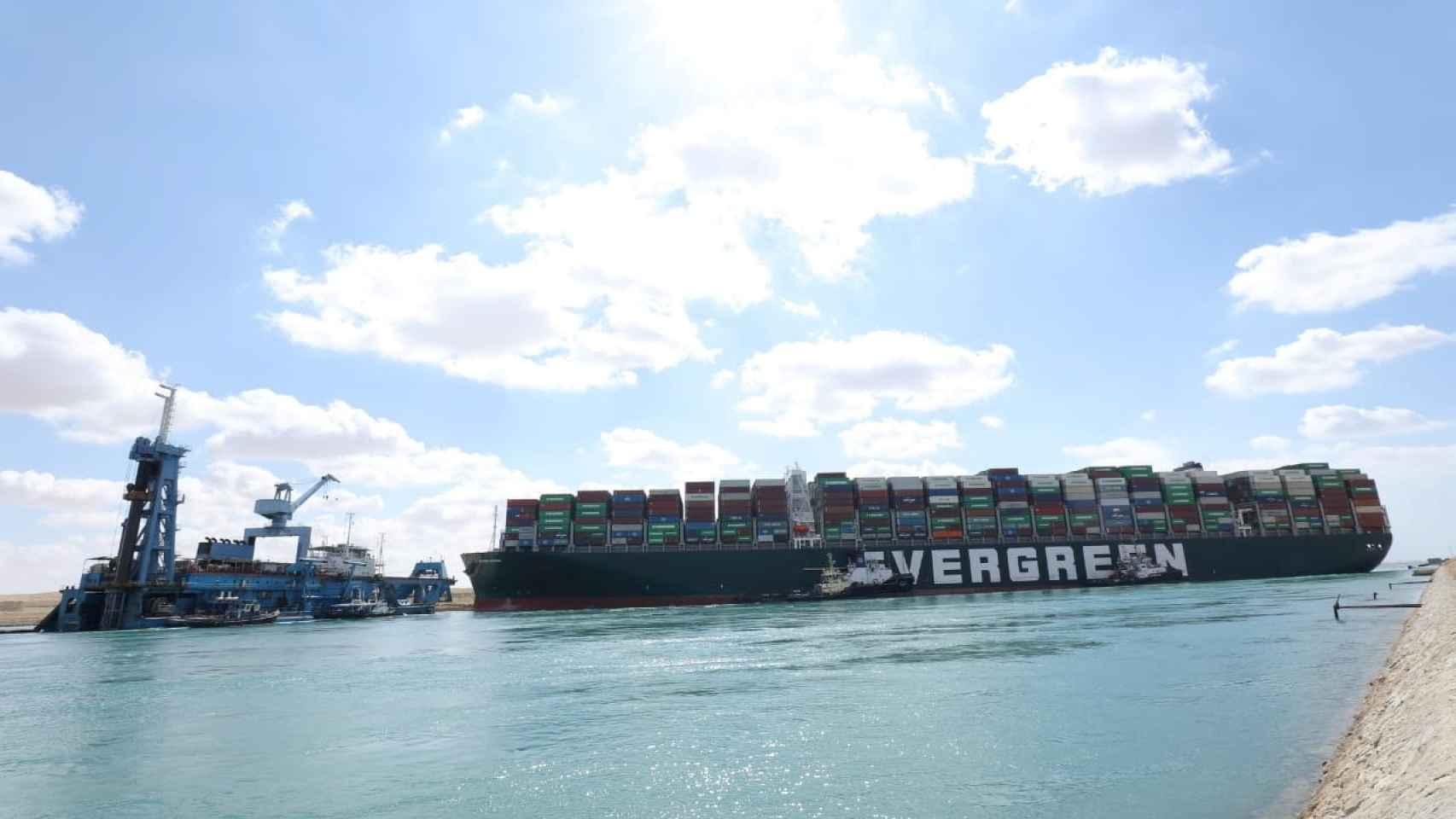 El Canal de Suez, bloqueado por un gigantesco barco carguero