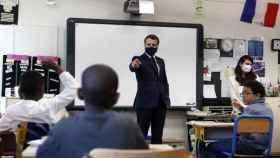 El presidente de Francia, Emmanuel Macron, durante la visita a un colegio.