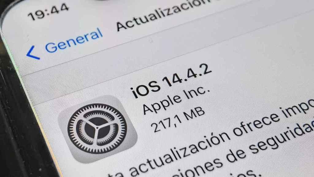 Actualización a iOS 14.4.2 en un iPhone