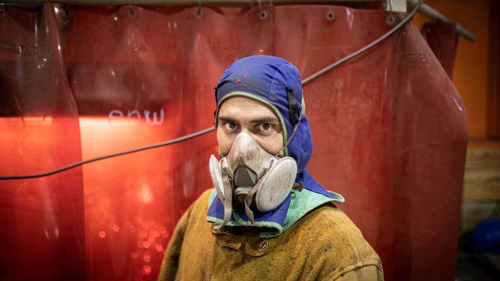 Las medidas de seguridad son estrictas en el astillero. Retrato de un operario con máscara antipolvo.