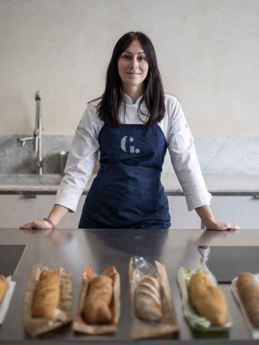 Celia, profesora de panes y masas de la escuela El Gusto es nuestro, con las barras de pan integral probadas.