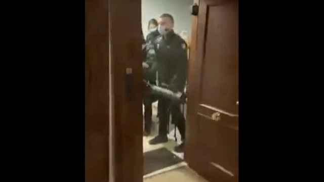 Imagen del momento en el que la Policía entra en la vivienda.