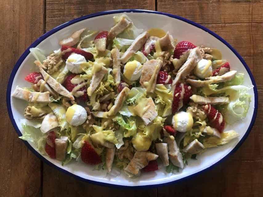 Ensalada de escarola, pollo, fresas, nueces y perlas de queso de cabra e higo. Foto: Inma Garrido.