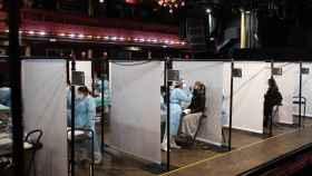 Asistentes al concierto de Love of Lesbian en Barcelona se hacen un test de antígenos para poder acceder al recinto.