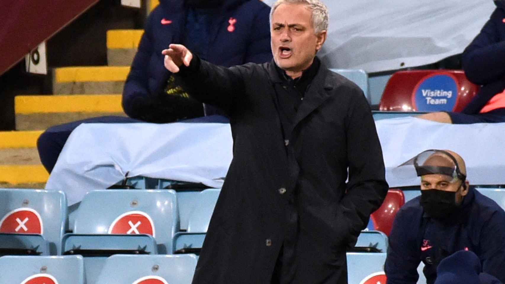 José Mourinho, dirigiendo un partido desde la banda.