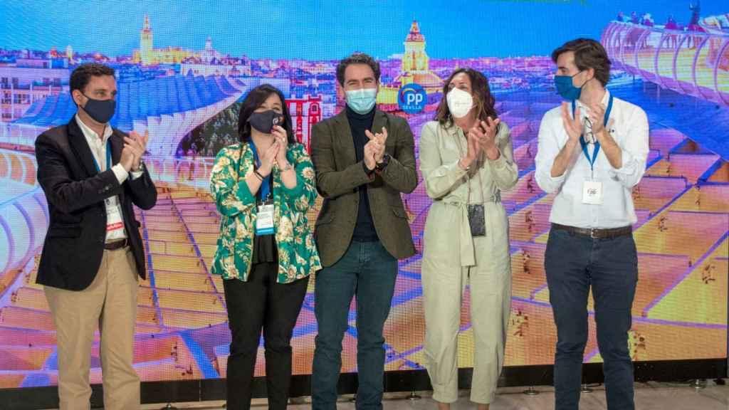 El secretario general, Teodoro García Egea, junto a Virginia Pérez y otros dirigentes del PP.