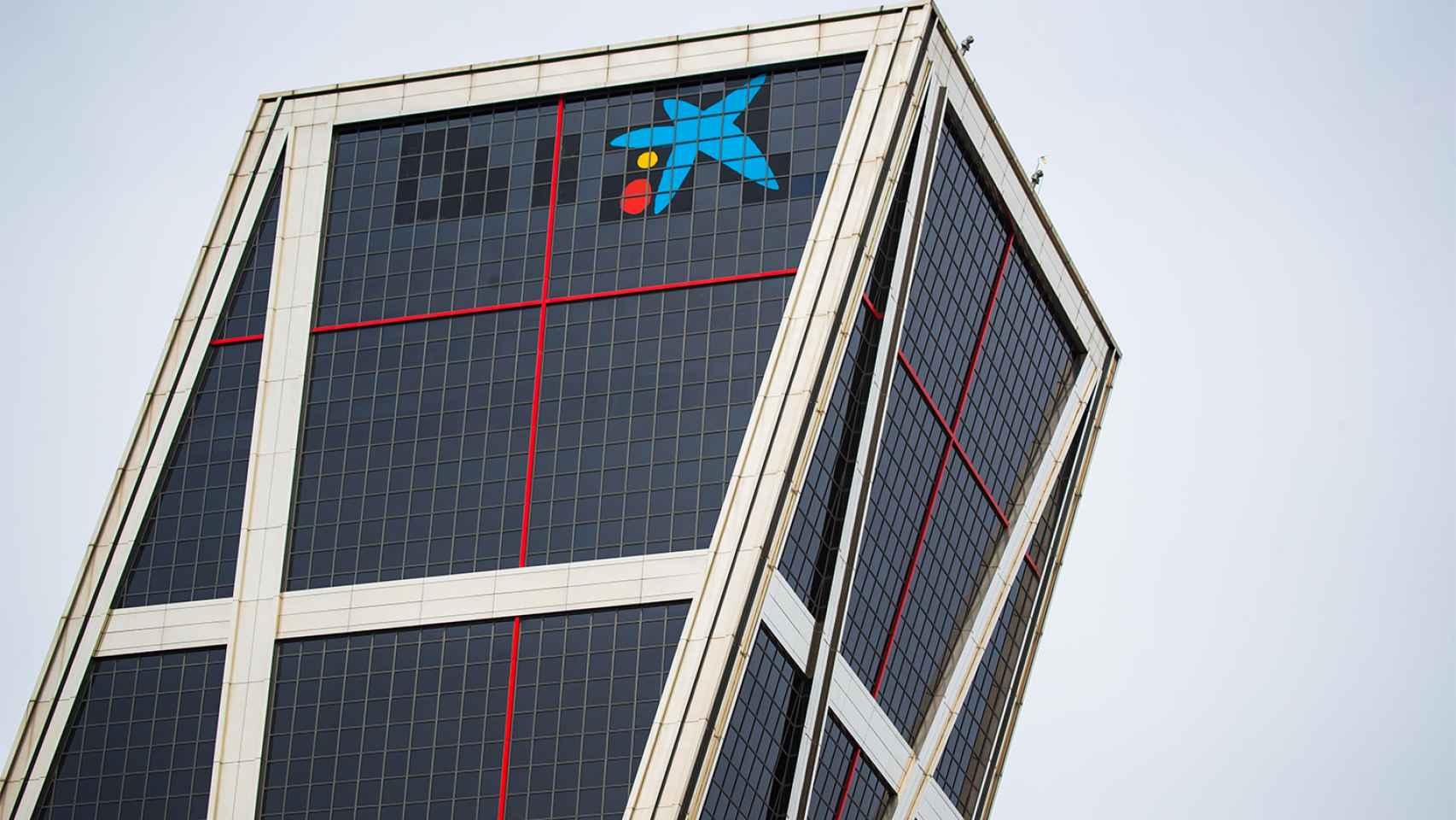 El logo de CaixaBank en la torre Kio de Madrid.