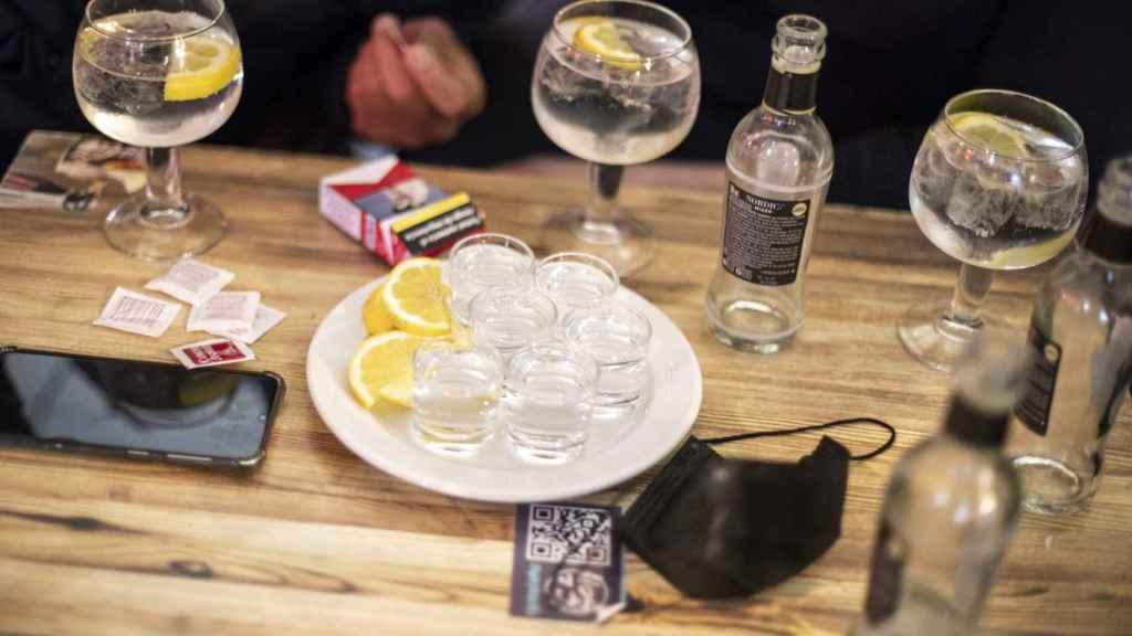 Una ronda de chupitos de tequila en una terraza del centro de Madrid.