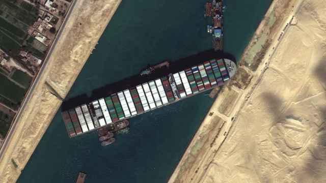 El carguero Ever Given, encallado en el Canal de Suez.