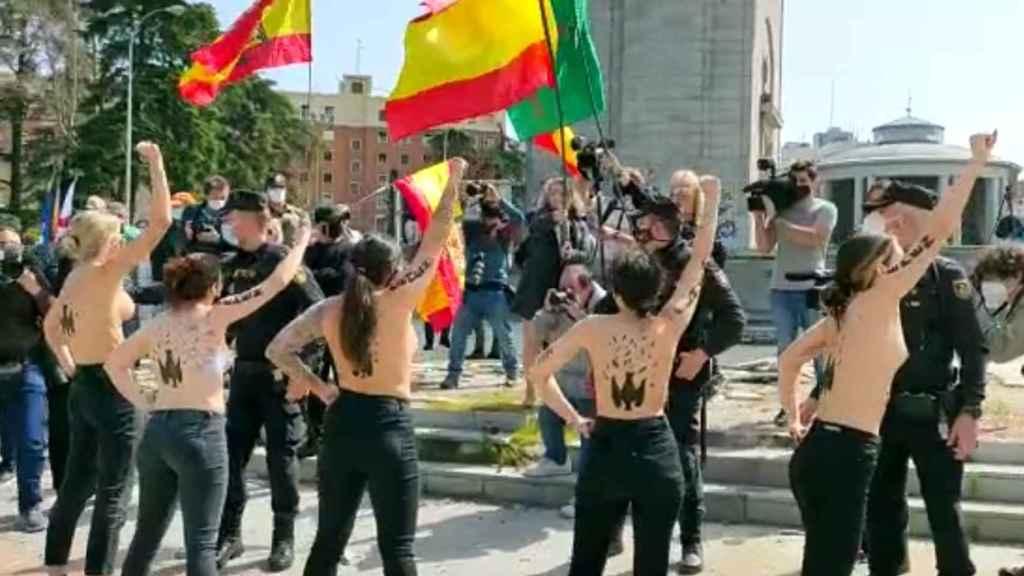 Las activistas de Femen, durante el acto franquista en Madrid.