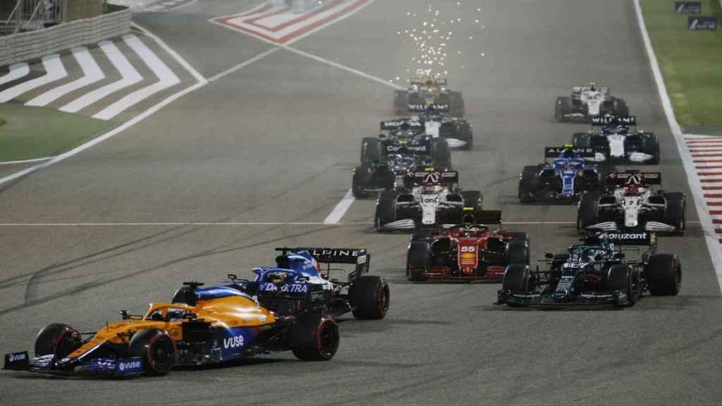 Fernando Alonso pelea la posición con Ricciardo en el Gran Premio de Bahrein de Fórmula 1
