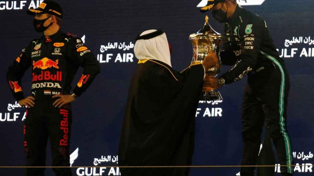 Hamilton recoge su título como ganador en Bahrein ante Verstappen