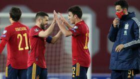 Eric García celebra con Jordi Alba la victoria de la selección española