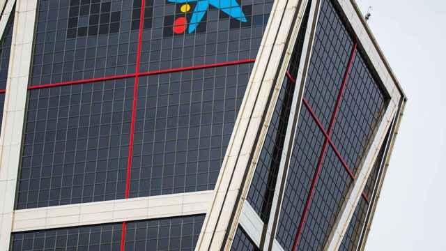 El logotipo de CaixaBank en las Torres Kio de Madrid.
