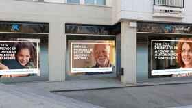 Primera campaña institucional de la nueva CaixaBank en una oficina bancaria.