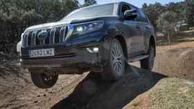 El Toyota Land Cruiser superando los obstáculos más duros.