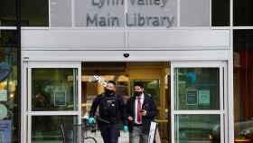 La policía saliendo de la biblioteca de Vancouver en la que tuvo lugar el apuñalamiento.