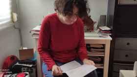 Montse, en su casa de Valencia, leyendo la notificación de la Consellería de Igualdad y Políticas Inclusivas.