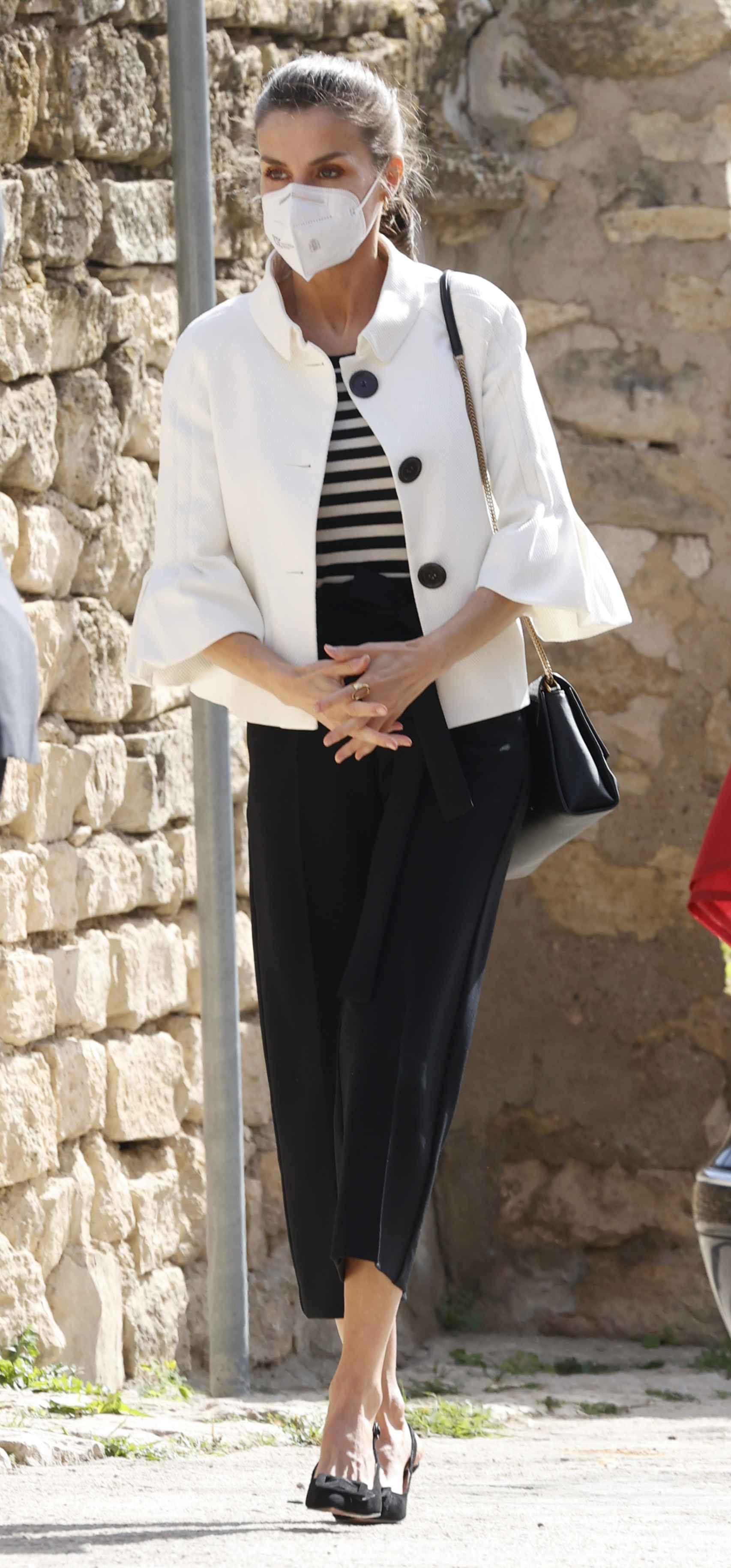 Letizia ha optado por un 'look' muy marinero para su visita a Aragón.