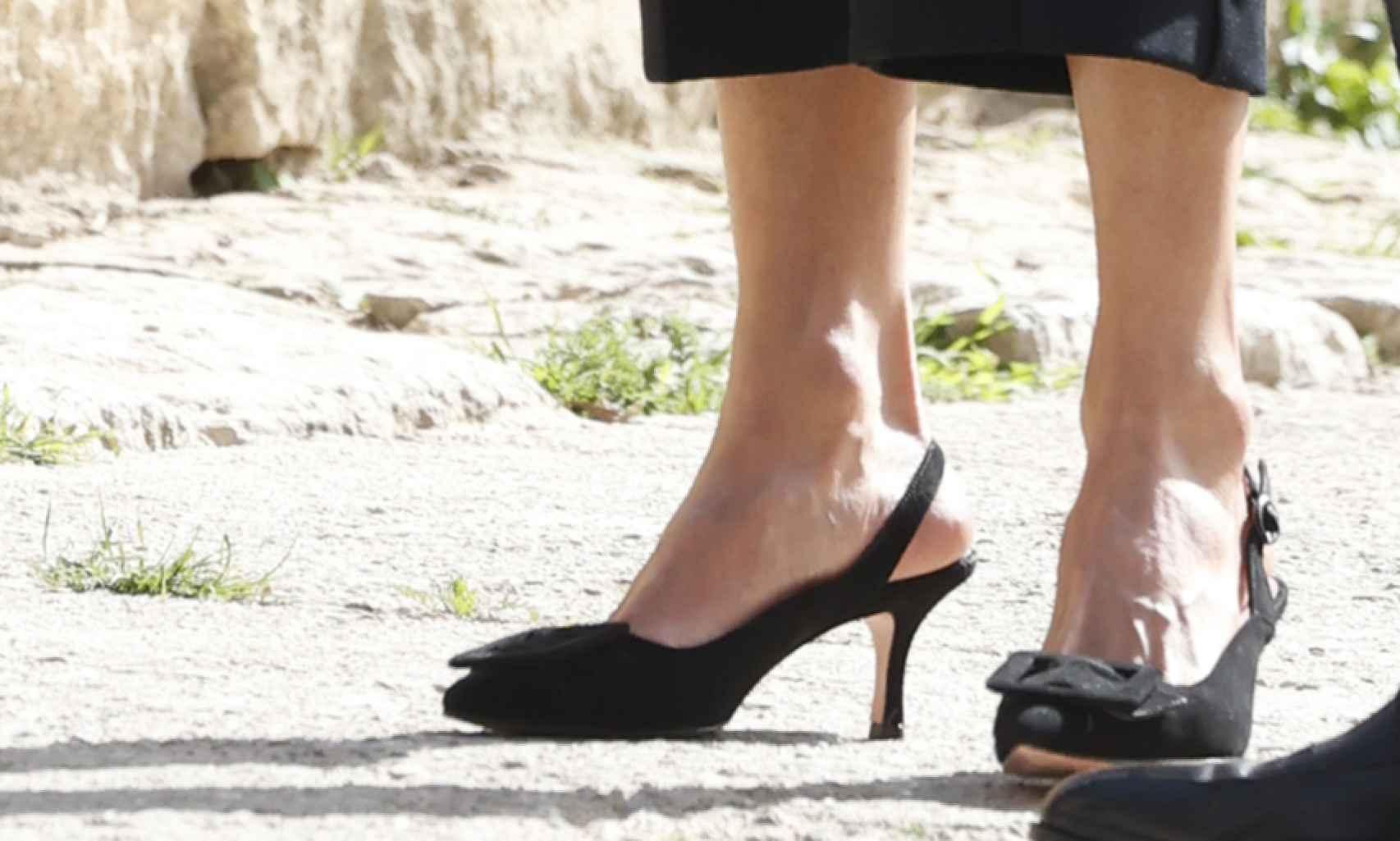 La Reina ha escogido unos zapatos muy poco comunes en ella, ni tacón altísimo ni planos; un tacón medio muy peculiar.
