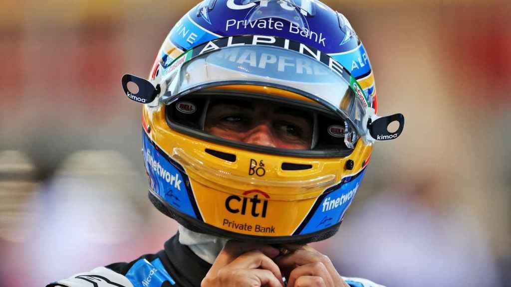 Fernando Alonso se abrocha el casco antes de comenzar un Gran Premio de Fórmula 1