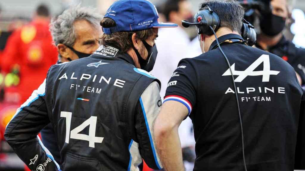 Fernando Alonso, junto a Davide Brivio y Karel Loos, el ingeniero de carreras de Alpine F1 Team