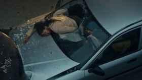 Una conductora se abrocha el cinturón de seguridad en su vehículo