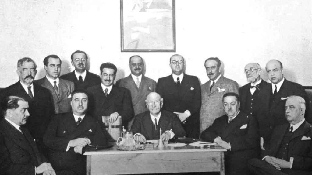Salazar Alonso (de pie, cuarto por la izquierda) en una reunión del Comité Ejecutivo del Partido Republicano Radical en mayo de 1934.