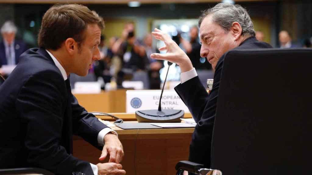 Emmanuel Macron y Mario Draghi conversan durante una cumbre europea