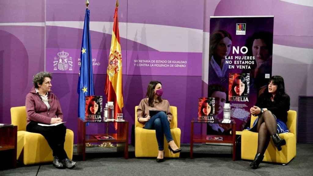 Beatriz Gimeno, directora del Instituto de las Mujeres; Irene Montero, Ministra de Igualdad; y Amelia Tiganus, activista.