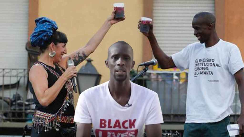 Serigne Mbayé, junto a Rossy de Palma, en el pregón de las fiestas de Lavapiés, en 2019.