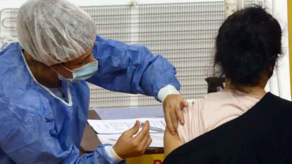 La población de los 60 a los 65 años es la segunda en tramo de edad general que recibe el vial de AstraZeneca.