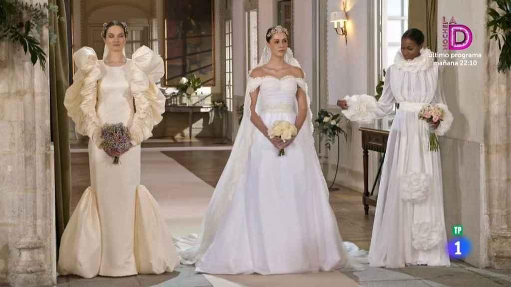 Los tres vestidos de novia que los finalistas debían replicar.