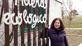 La directora de la granja escuela Huerto Alegre, Mari Luz Díaz posa en la entrada de la misma en Granada.