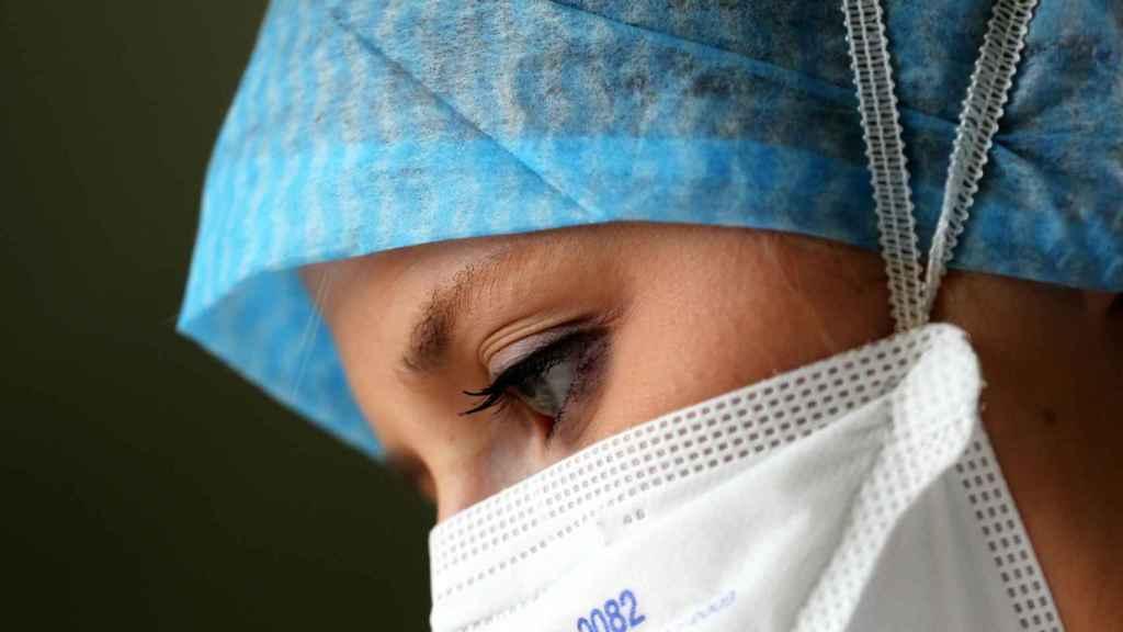 Una médico revisa historiales en su consulta.