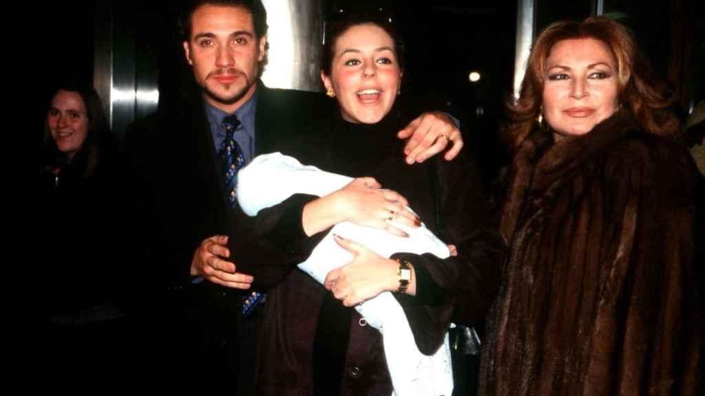 Rocío Carrasco, junto a Antonio David y Rocío Jurado, tras el nacimiento de su segundo hijo.