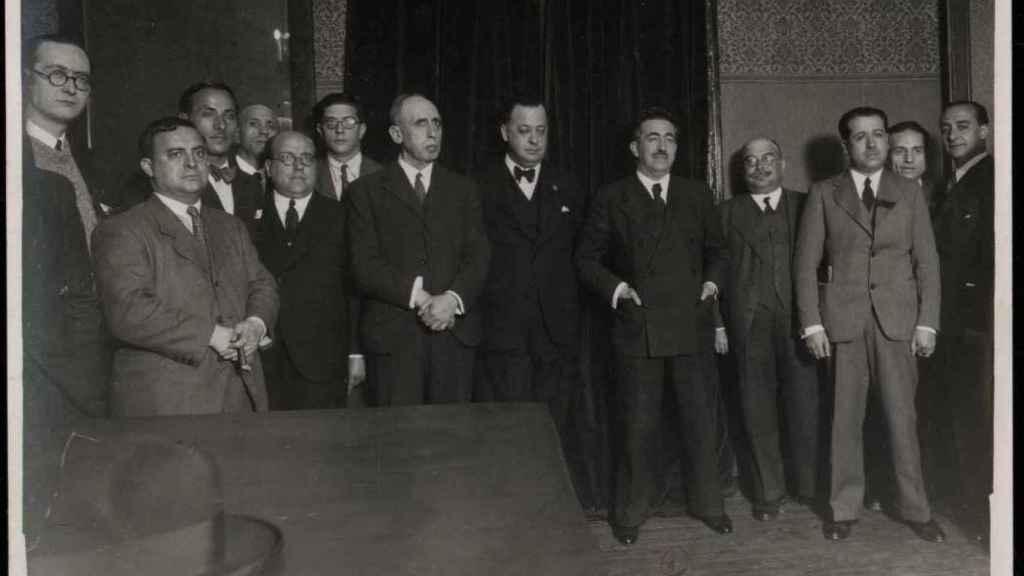 Rafael Salazar Alonso (quinto por la derecha), durante una reunión con profesores mercantiles.