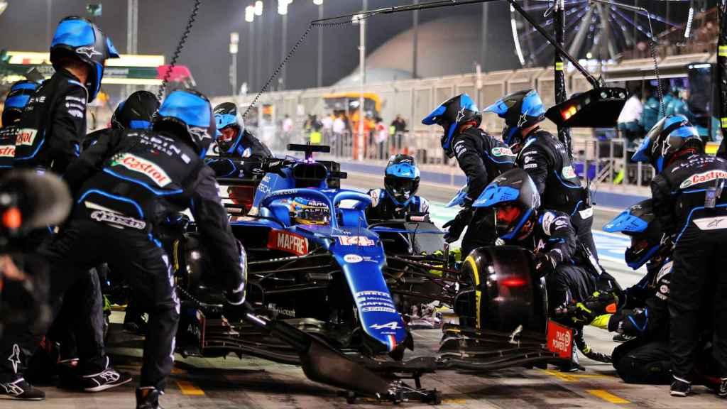 Fernando Alonso, haciendo una parada en boxes durante el Gran Premio de Bahrein de Fórmula 1 de 2021