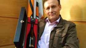 Hilario García con una de sus cotizadas botellas de AurumRed