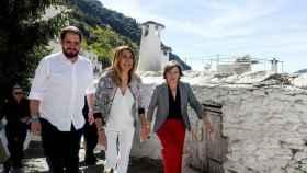 La secretaria general del PSOE, Susana Díaz, y la delegada del Gobierno en Andalucía, Sandra García, en una imagen de archivo.