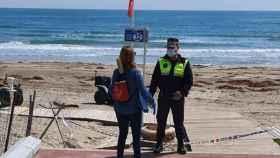 Un agente de la Policía Local realiza un control en la playa en una imagen de archivo.