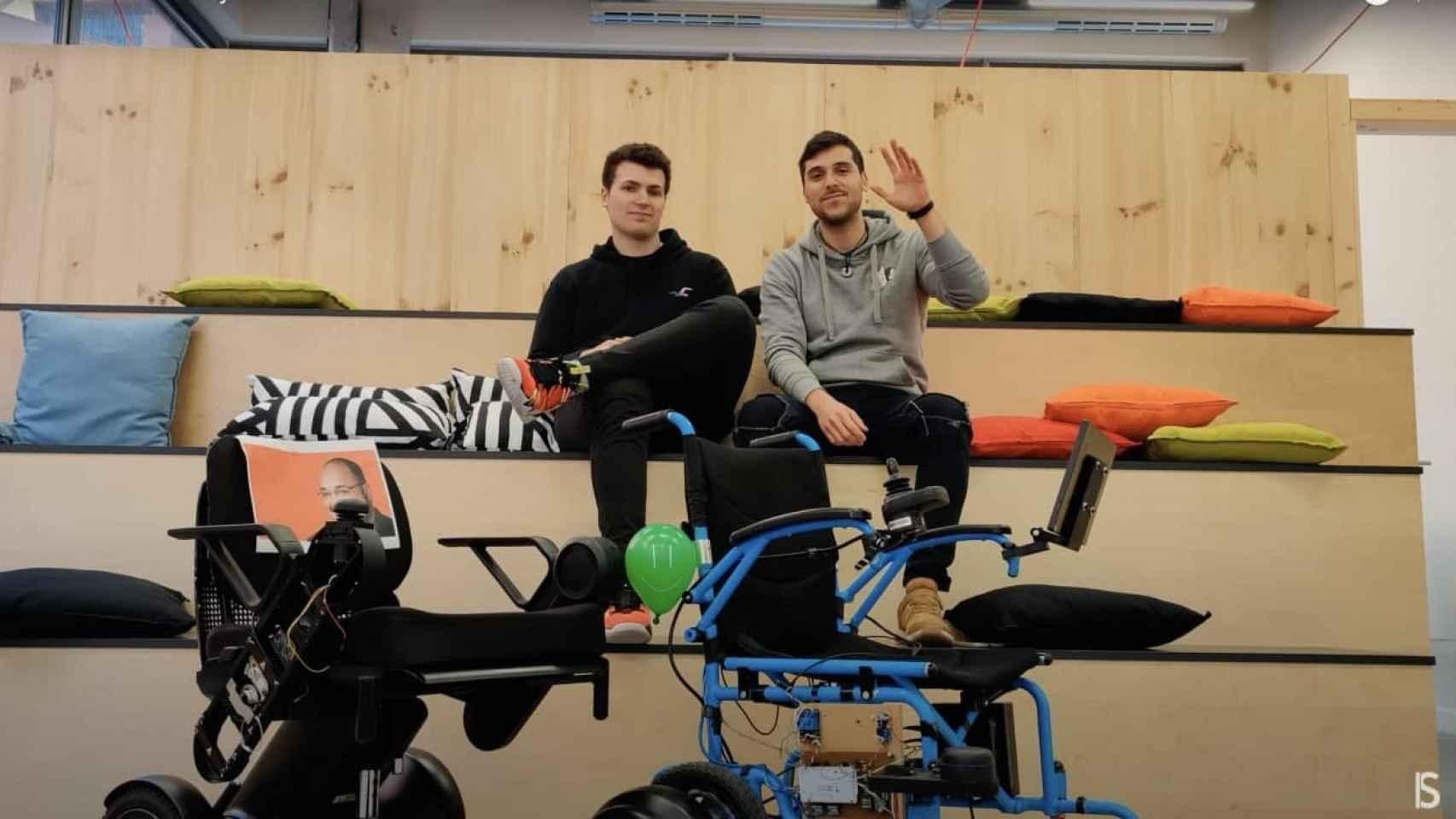 Los dos fundadores de Sideways con los prototipos de su silla de ruedas autónoma.