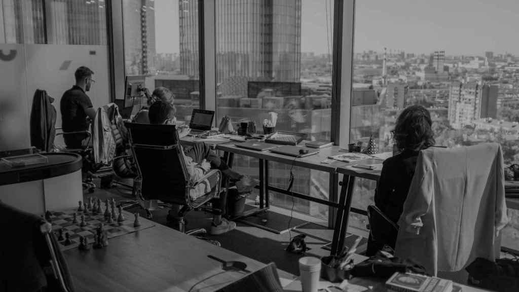 Unos empleados en su oficina con vistas. Foto: Ant Rozetsky - Unsplash