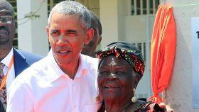 Barack Obama junto a su abuelastra, Mama Sarah Onyango Obama, durante una visita a Kenia.
